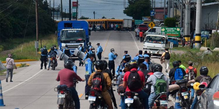 Transportistas se toman la carretera del sur exigiendo apertura de rutas