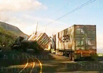 Así fue el volcamiento de una rastra en la carretera CA-5