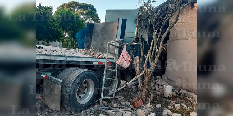 Conductor de rastra muere tras impactar en vivienda