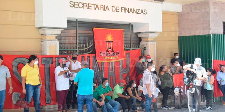 Empleados de diferentes instituciones protestan por falta de pago y plazas