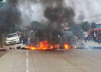 Capitalinos exigen con toma de carretera la pavimentación de calles
