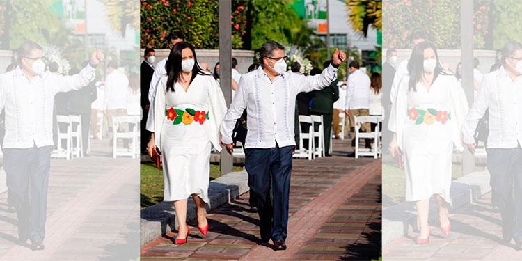 Primera dama luce un vestido blanco con flores bordadas a mano