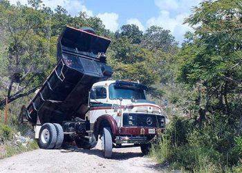 Captan a volqueta botando desechos de construcción en calle a El Cimarrón