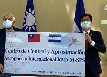 La ceremonia fue presidida en el Centro de Instrucción de Aeronáutica Civil en Tegucigalpa, por el embajador de Taiwán, Diego Yao-Jen Wen, y el director de la AHAC, Wilfredo Lobo Reyes.