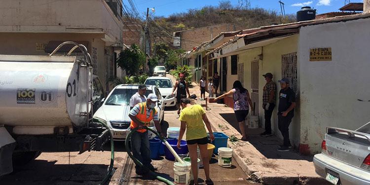 La entrega masiva de agua potable gratuita, es otra de las acciones constantes por parte de la comuna a través del Comité de Emergencia Municipal (Codem).