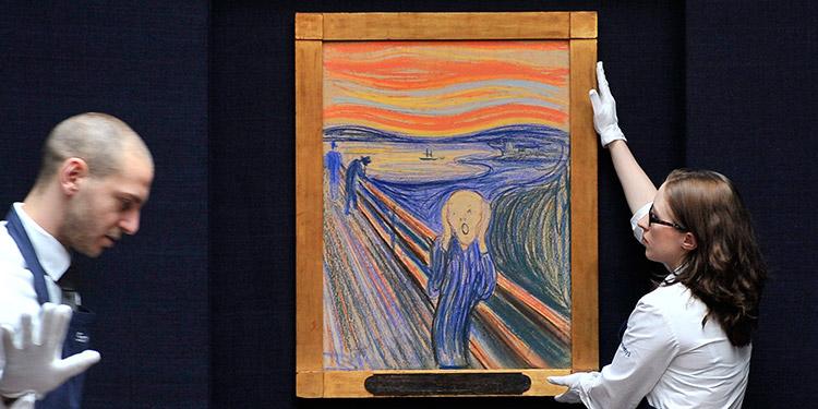 """Empleados de la casa de subastas Sotheby's posan con """"El grito"""" de Edvard Munch, en Londres, Reino Unido."""