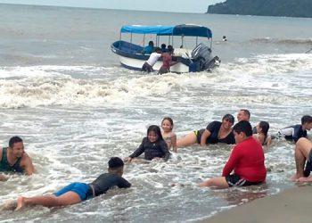 Muchas familias se quedaron a la orilla del mar.
