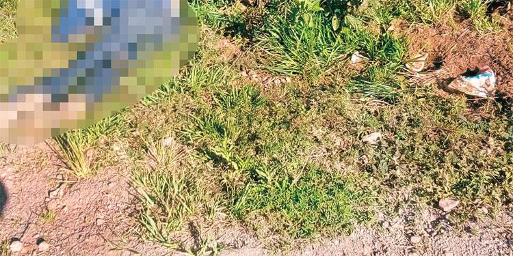 El cuerpo de uno de los hombres ultimados quedó a un lado de la carretera de la aldea Santa Cruz del Dulce, Siguatepeque