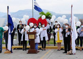 El Colegio Médico de Honduras realizó una ceremonia alusiva al Día del Médico, en el que se rindió homenaje a los que fueron víctimas del COVID-19.