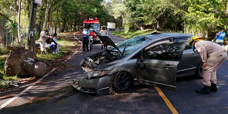 Pareja se salva de morir en derrape de vehículo