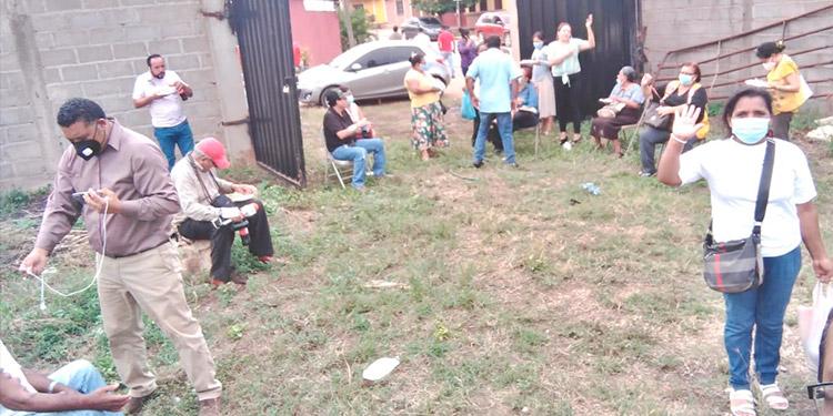 Un regular número de pacientes llegó al predio para conocer donde se proyecta construir la clínica de hemodiálisis en Catacamas, Olancho.
