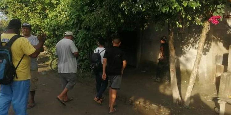 """En la aldea Los Caraos, Choloma, Cortés, los pobladores están sumamente preocupados al perder a varios de sus vecinos por la ingesta de """"guaro mortal""""."""