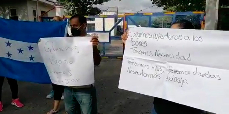 Dueños de bares realizan protestas frente a Copeco