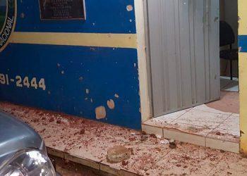 """Personas heridas, vidrios quebrados con bloques, así como daños a la estación policial, dejó enfrentamiento entre """"bolos"""" y la Policía."""