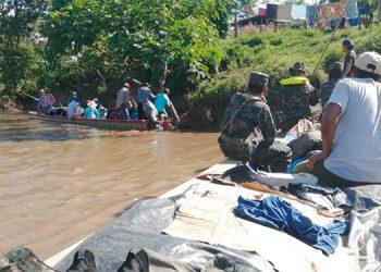 Oficiales y personal de tropa patrullan el río Coco o Segovia que también sirve de frontera entre Nicaragua y Honduras.