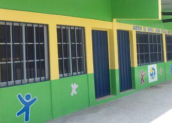 Fundación Ficohsa proporciona aula de clases cómodas a los niños.