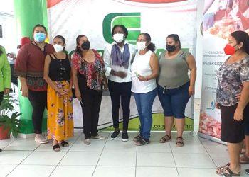 La gobernadora de Atlántida, Nohemy Arzú, entrega los fondos a las beneficiarias.