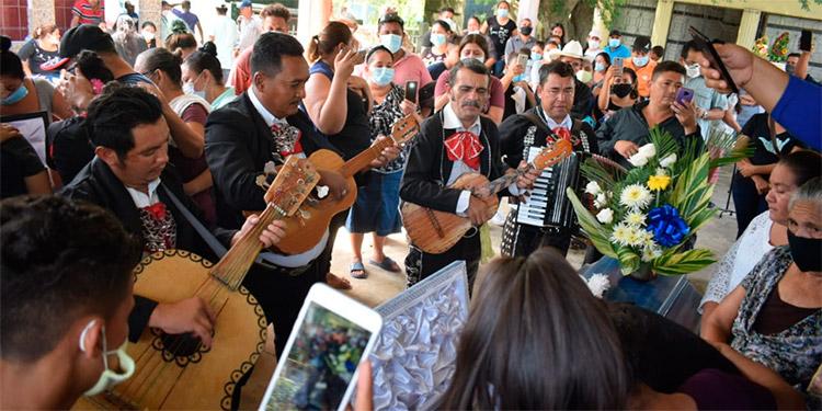 Varios de los fallecidos a la hora de ser enterrados fueron despedidos con mariachis y música ranchera que les gustaba escuchar cuando se tomaban sus tragos.