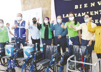 """La Primera Dama, Ana García de Hernández, entregó sillas de ruedas, bastones, colchones anti-escara, entre otros beneficios, a través del Programa Presidencial """"Honduras para Todos""""."""