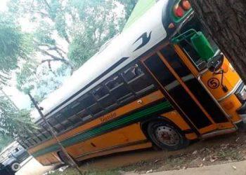 Al interior de este bus de la ruta Catacamas-Dulce Nombre de Culmí quedó el cadáver del cobrador.
