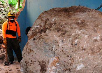 Una enorme piedra se desprendió de un cerro, debido a las últimas lluvias, e impactó contra una vivienda en el barrio El Bosque.
