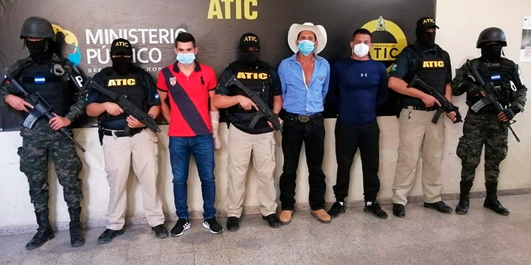 Los tres hombres, incluyendo el policía, fueron detenidos hoy por la ATIC.