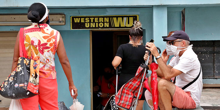 Más de 400 oficinas de Western Union distribuidas en todo el país y en las cuales los cubanos suelen cobrar buena parte de las remesas enviadas por sus familiares desde Estados Unidos cerrarán sus puertas. (LASSERFOTO  EFE)