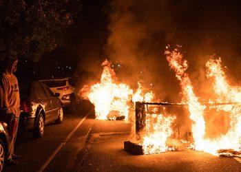 La ciudad estadounidense de Filadelfia, sacudida por saqueos y protestas violentas tras la muerte de un hombre negro a manos de la policía, decretó un toque de queda. (LASSERFOTO AFP)
