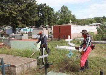 Reservistas de las Fuerzas Armadas y voluntarios limpiaron ayer el camposanto en vísperas del Día de Difuntos.