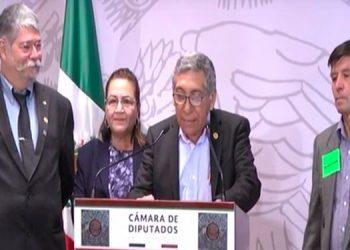 Aquí el embajador Rubén La Torre (Der), anuncia la Ruta maya desde la Cámara de diputados de México