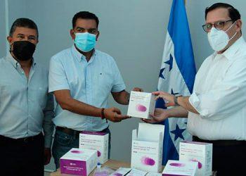 El alcalde de Siguatepeque, Juan Carlos Morales, recibió del ministro Lisandro Rosales y Emelio Silvestri, del Sistema 911, un lote de 5,000 pruebas rápidas para detectar COVID-19.