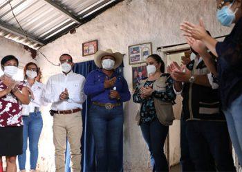 La señora Xiomara de Jesús Córdova fue beneficiada con un techo de láminas con vigas de canaleta y el piso de cemento en su vivienda.
