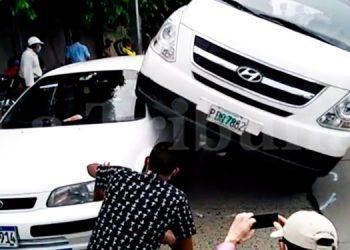 Conductor se distrae y termina con su carro sobre un taxi