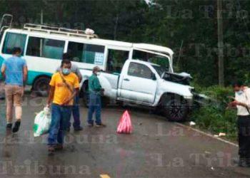 Dos heridos deja choque entre bus y pick up en Intibucá