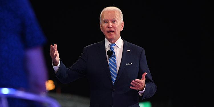 """Biden arremete contra Trump por afirmar que no hay que tenerle """"miedo"""" a la COVID-19"""