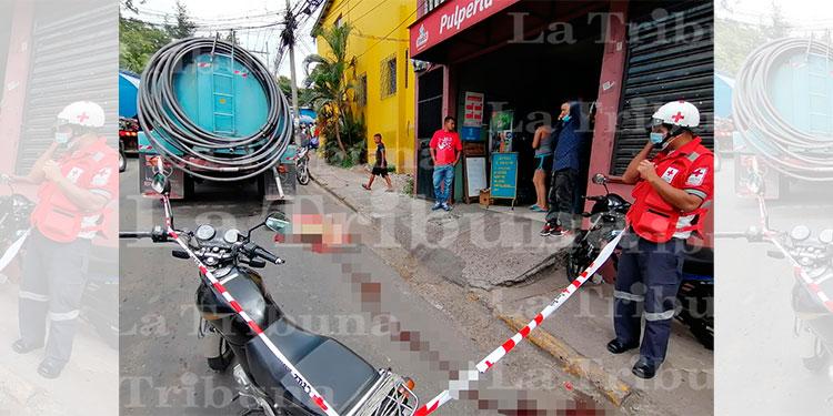 Motociclista muere arrollado por carro cisterna en la capital
