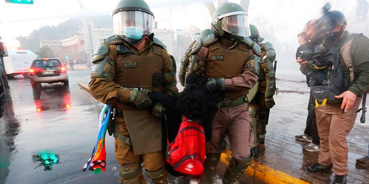 Policía chilena cesa a un agente que lanzó a un joven desde un puente