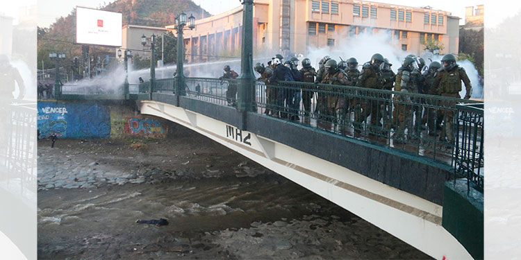 Cargos contra policía chileno que empujó a joven de puente