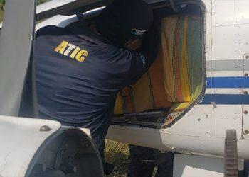 Hallan tres fardos más de supuesta cocaína en fuselaje de avioneta en Gracias a Dios