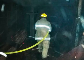 Incendio consume taller de ebanistería en Tela