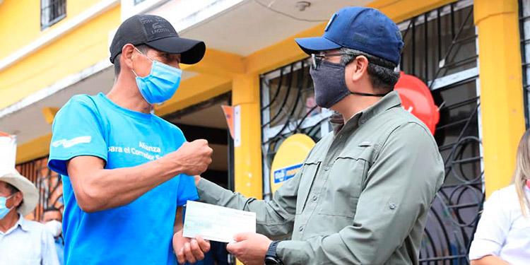 Presidente Hernández entrega Bono Único y financiamiento de Crédito Solidario en Gracias