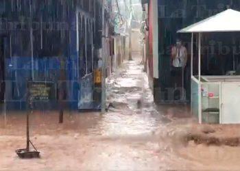 Intensa lluvia causa inundación de calle en la colonia Kennedy