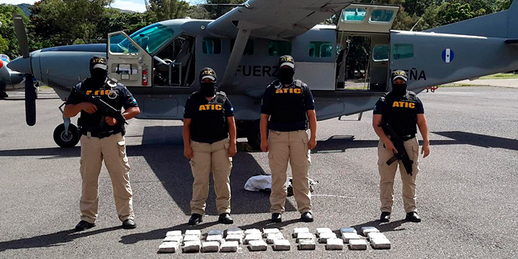 Los 30 paquetes fueron encontrados al interior de un fardo que era transportado en la aeronave.