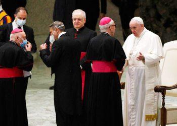 El papa reanuda las audiencias en interior sin mascarilla