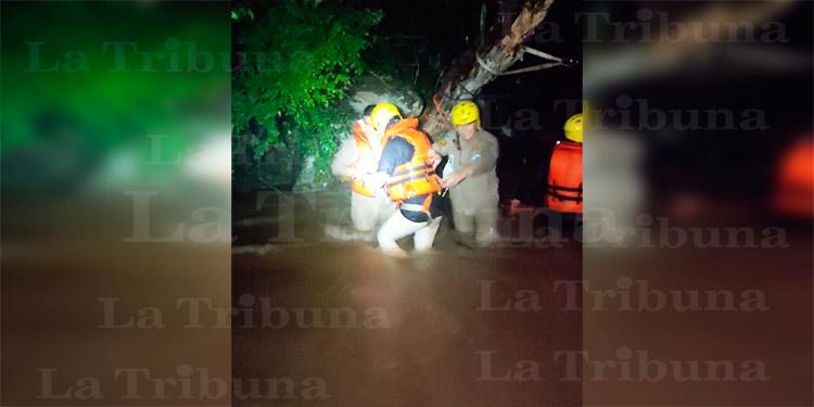 Bomberos rescatan a 8 personas atrapadas en río de Tegucigalpa