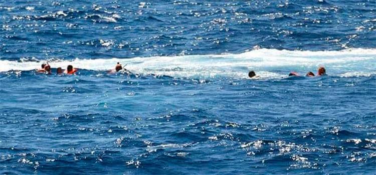 Rescatados 51 migrantes en costas de Senegal tras el incendio de un cayuco  - Diario La Tribuna