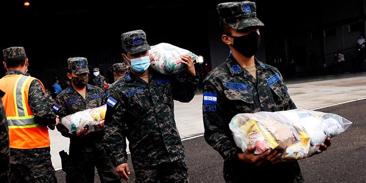 Efectivos militares cargaron las bolsas con alimentos destinadas para los damnificados de La Mosquitia.