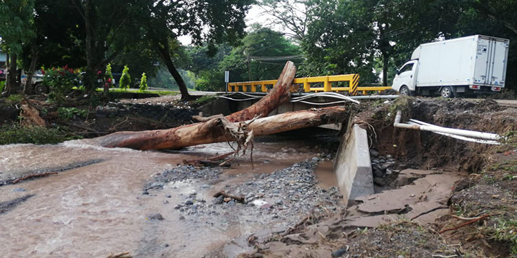 Equipos de especialistas de diferentes instituciones evalúan los daños que dejó la tormenta tropical Eta, en los municipios de Santa Bárbara.