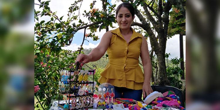 Aracely tiene su negocio de bisutería en el centro de Valle de Ángeles.
