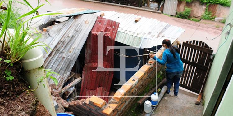En la colonia Nueva Suyapa, la saturación de agua en el suelo, debido a las lluvias, provocó daños en algunas casas.